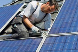 Servicemonteur zonnepanelen plaatsen